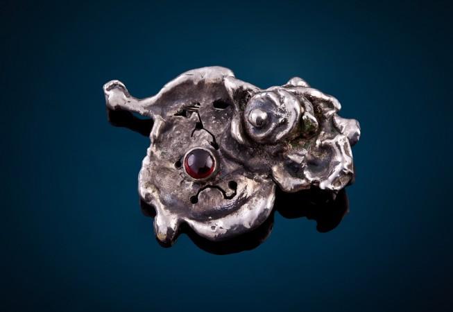 vienetinė sidabrinė segė su granatu