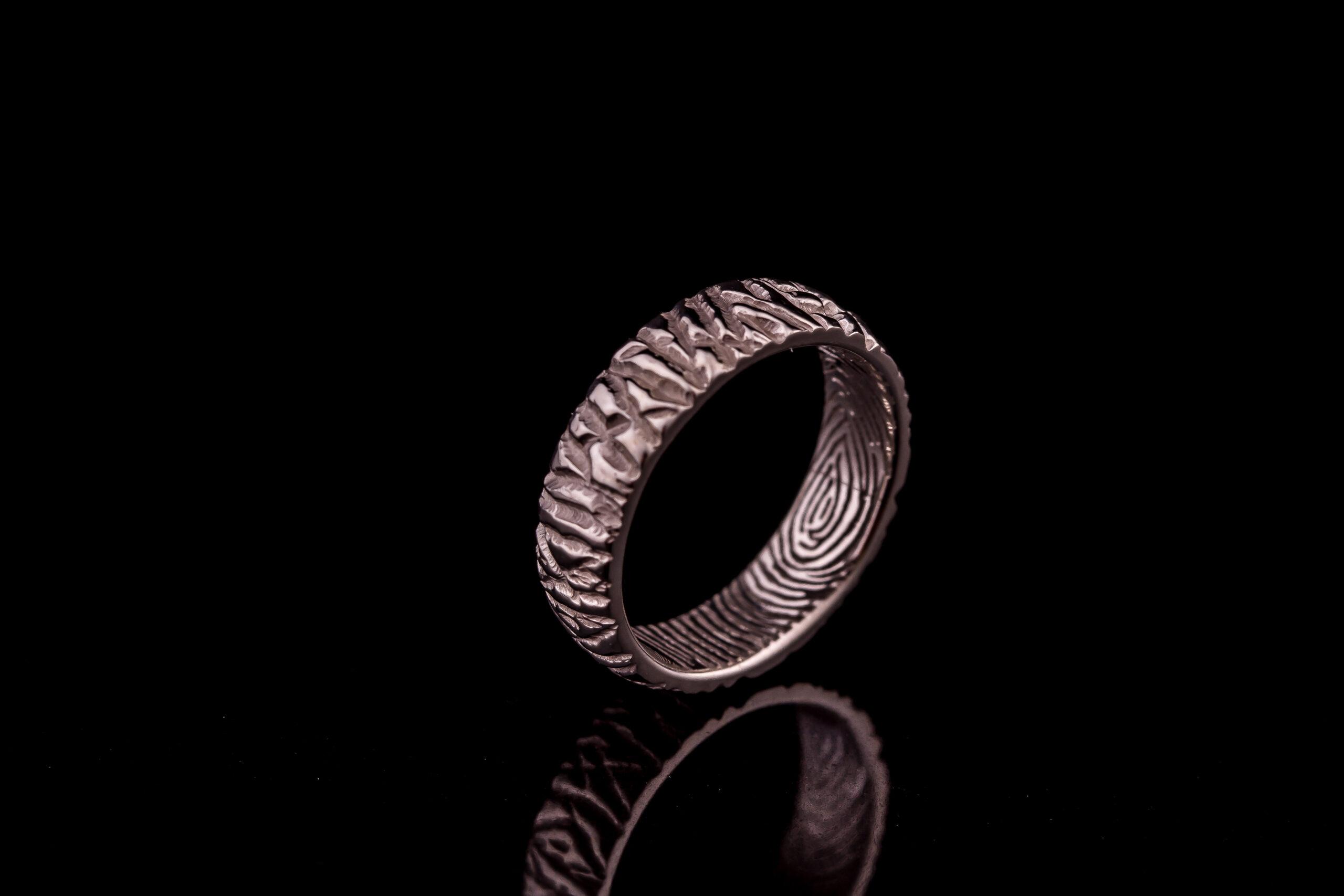 Vyriškas sužadėtuvių žiedas pagamintas iš balto aukso.