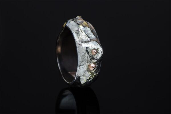Trijų metalų žiedas iš žalvario, sidabro ir aukso.