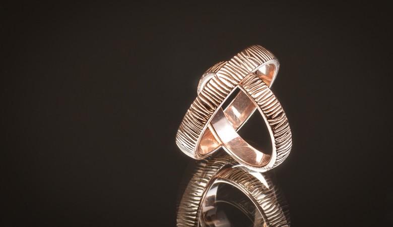 Vienetinio dizaino tekstūruoti vestuviniai žiedai.
