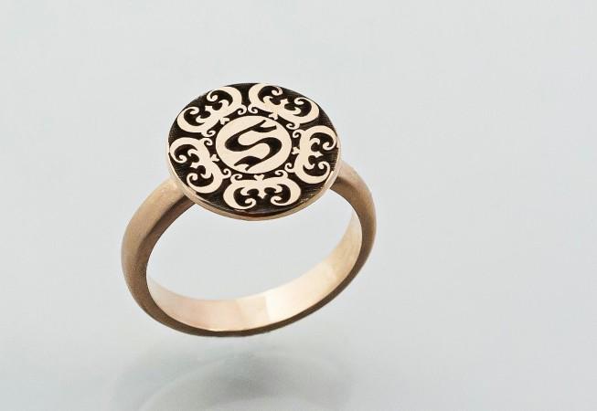 Auksinis žiedas su Wu Fu simboliu.