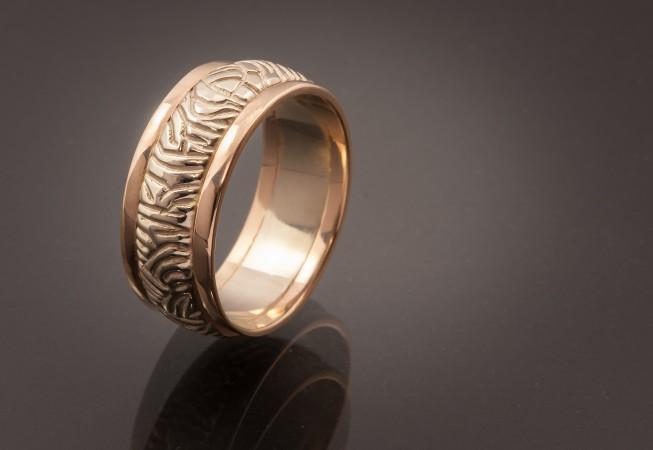 Vienetinis žiedas iš balto ir raudono aukso.