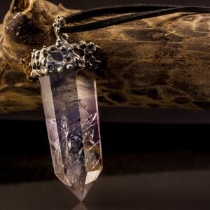 Pakabukas su kristalu