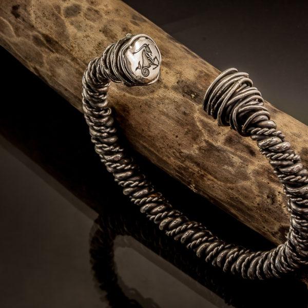 Masyvi vikingų stiliaus sidabrinė apyrankė