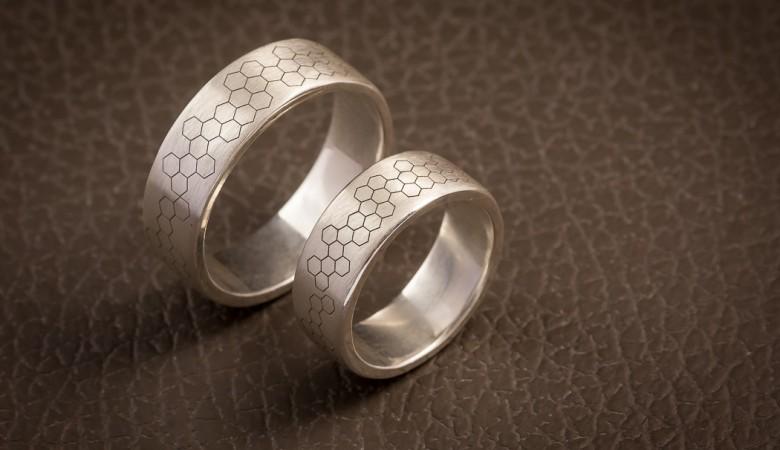 Vienetiniai žiedai su korio tekstūra.