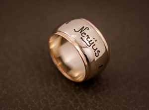 Auksinis žiedas su vardais