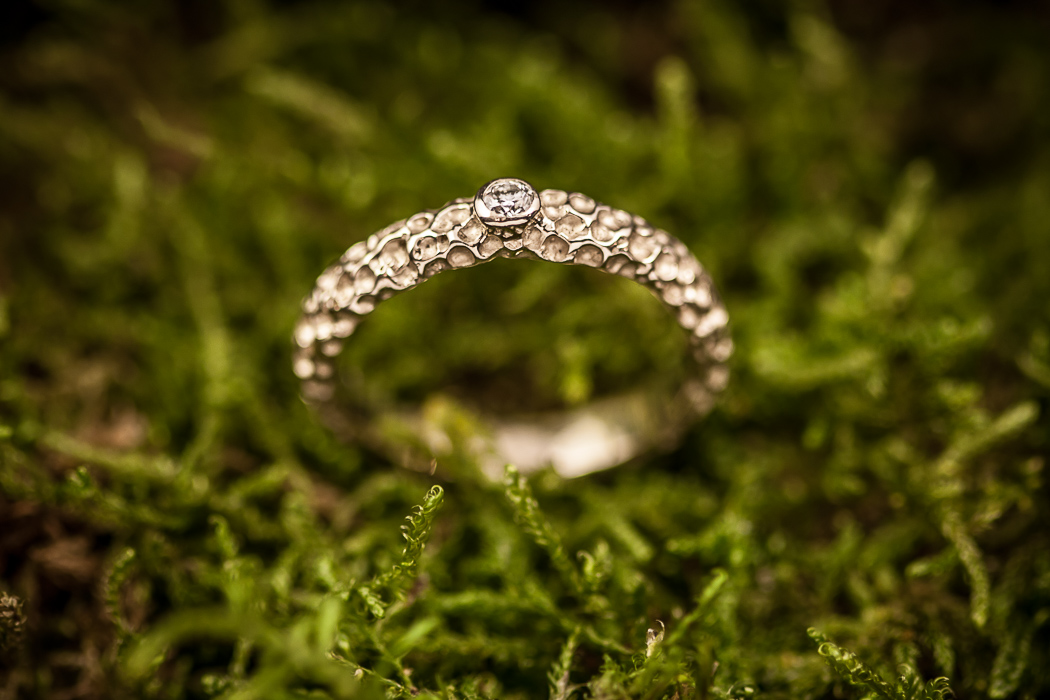 Sužadėtuvių žiedas su briliantu.