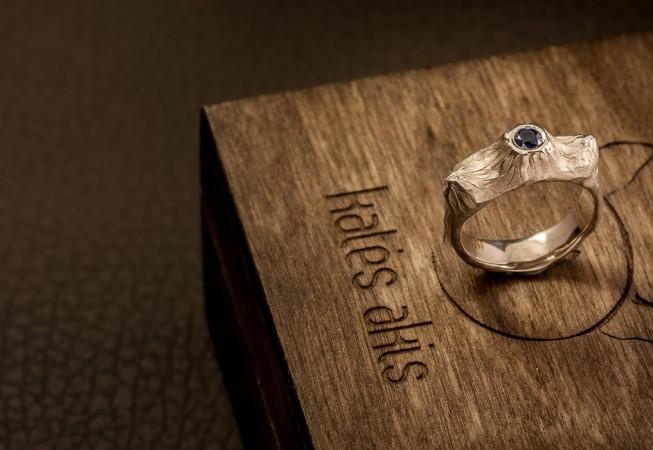 Vienetinis auksinis sužadėtuvių žiedas su safyru.