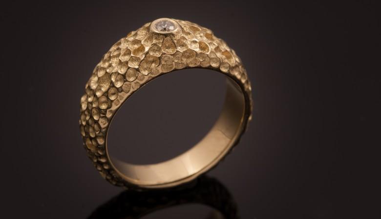 Vienetinio dizaino sužadėtuvių žiedas.