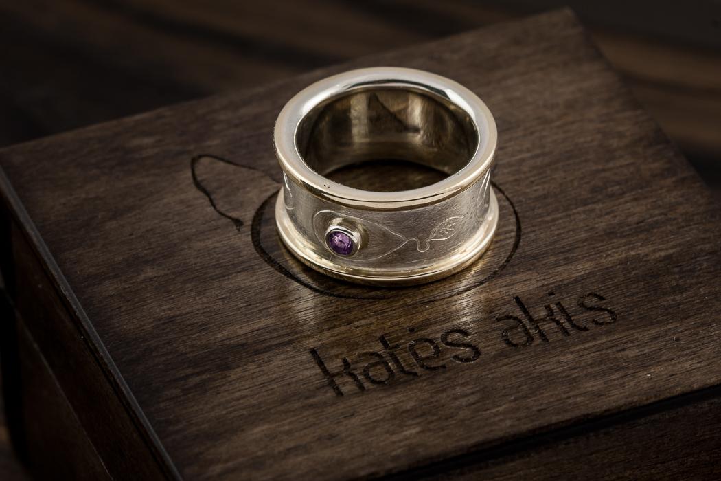 vienetinis žiedas su ametistu.