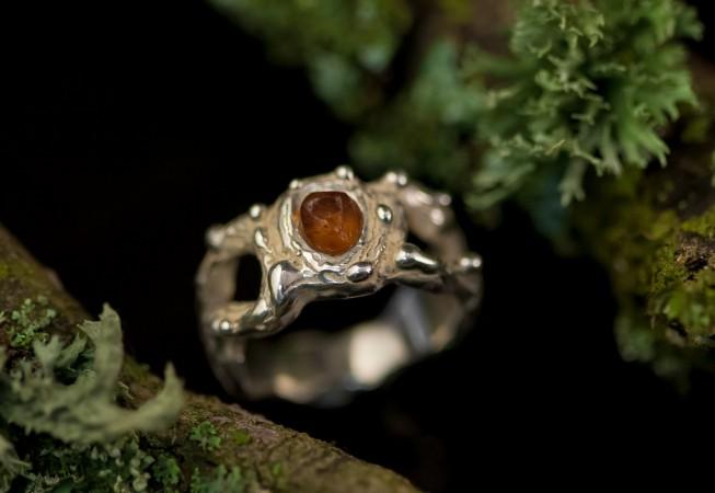 Sužadėtuvių žiedas su gintaru.