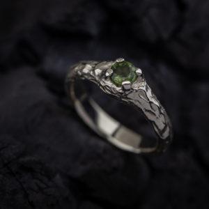 Sužadėtuvių žiedas su žaliu safyru