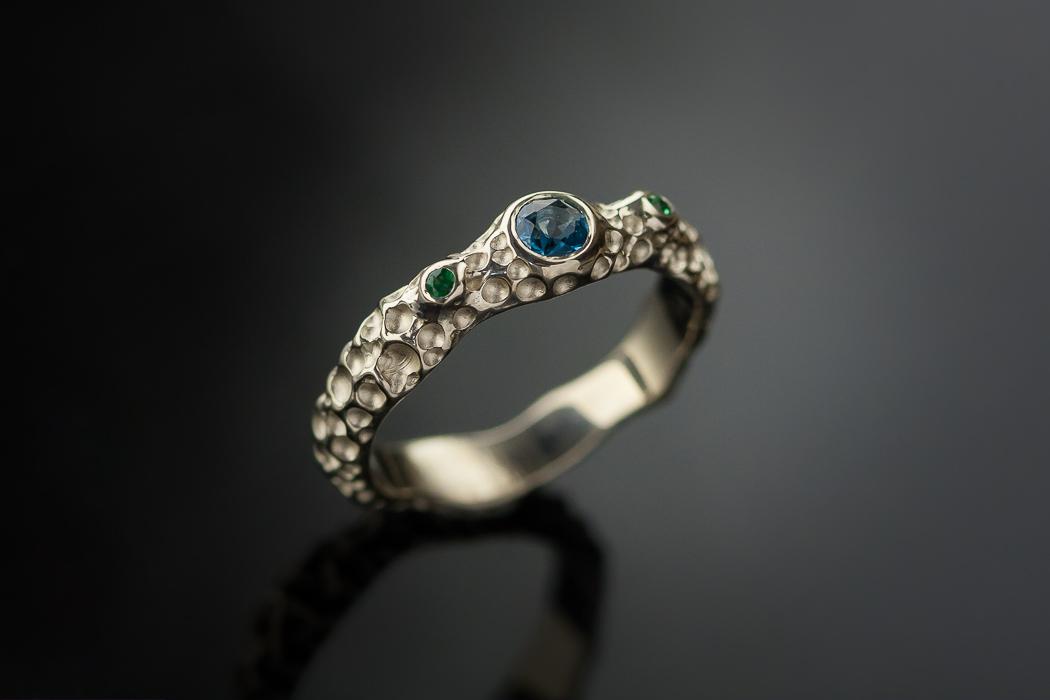Vienetinis sužadėtuvių žiedas iš balto aukso.