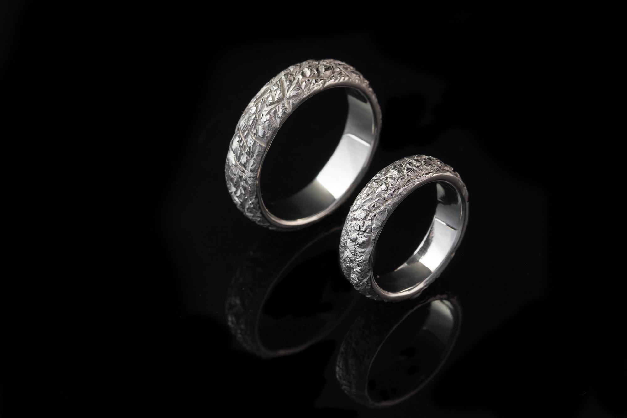 Vienetiniai balto aukso vestuviniai žiedai.