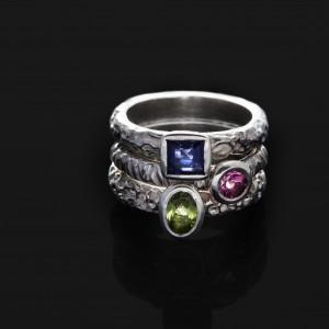 Sidabriniai žiedai su skirtingais akmenimis