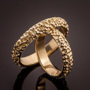 Auksiniai vestuviniai žiedai su ryškia tekstūra