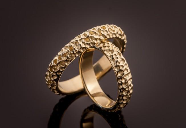 Vienetiniai vestuviniai žiedai iš geltono aukso.