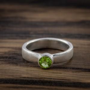Sidabrinis sužadėtuvių žiedas su peridotu