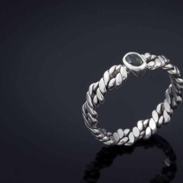 vienetinis žiedas su turmalinu.