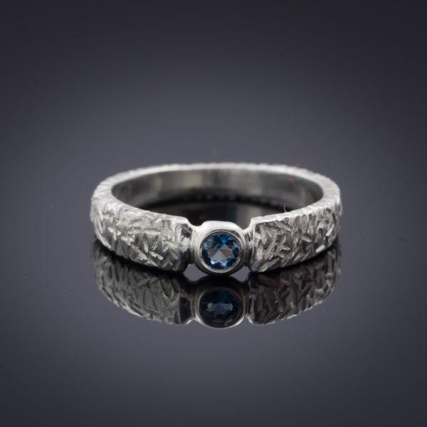 Vienetinis sidabrinis žiedas su topazu.