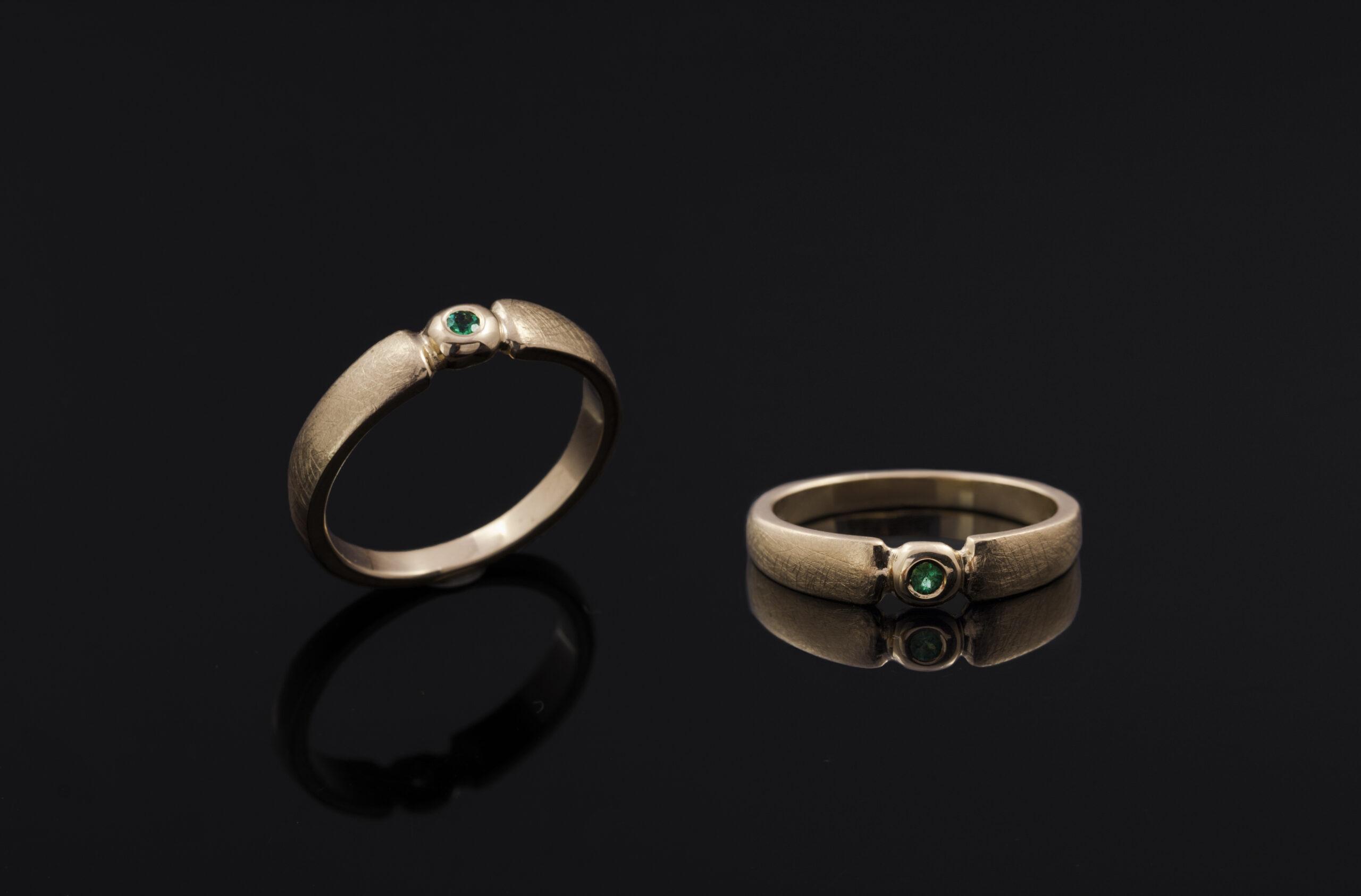 Vienetinis sužadėtuvių žiedas su smaragdu.