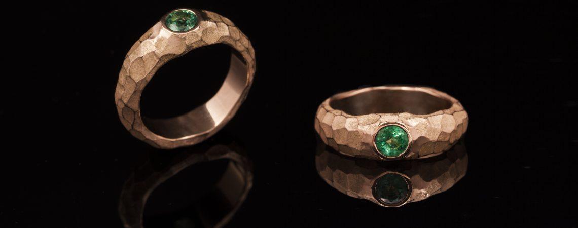 Raudono aukso žiedas su smaragdu.
