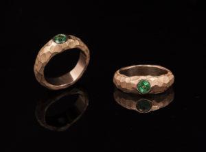 Žiedas su smaragdu ir ryškia tekstūra