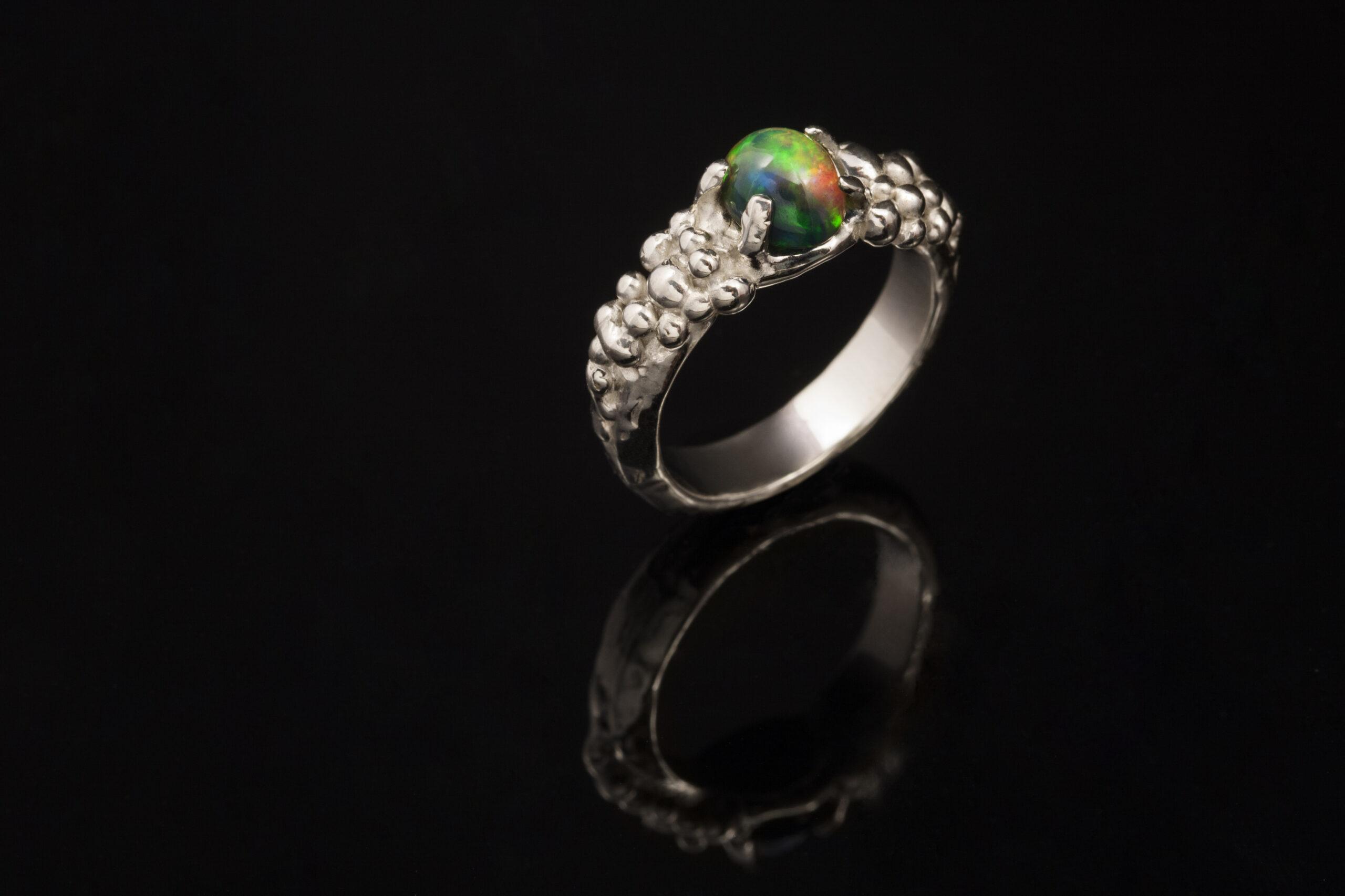 Auksinis sužadėtuvių žiedas su opalu.