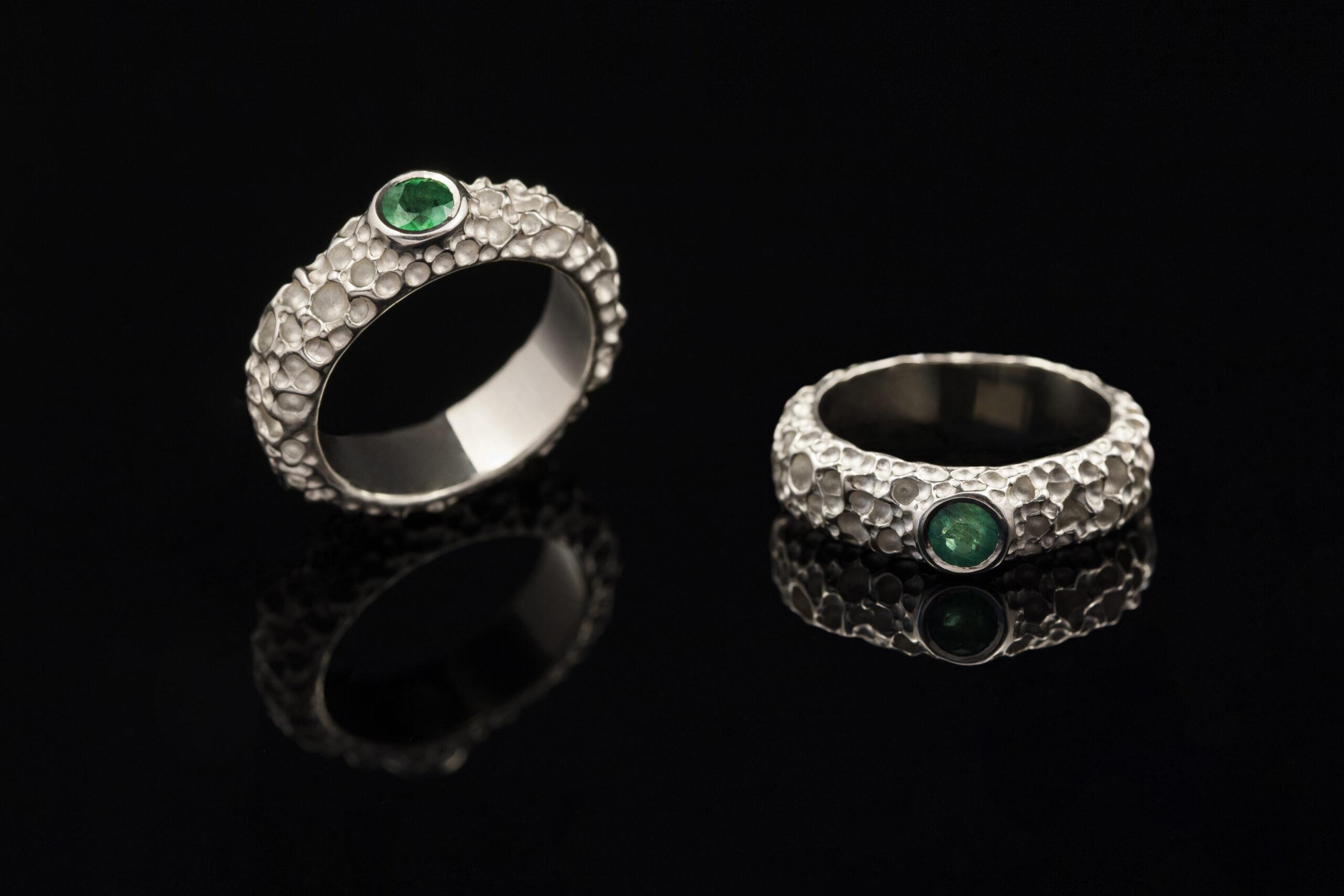 Balto aukso sužadėtuvių žiedas su smaragdu.