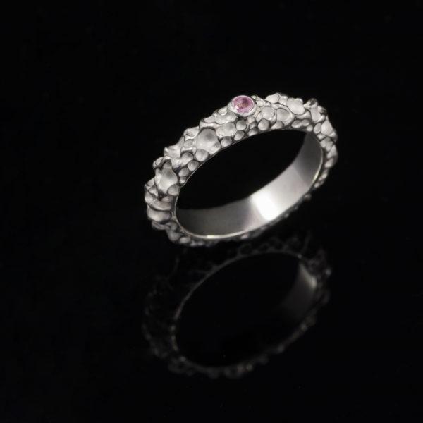 Sidabrinis žiedas su safyru.