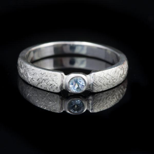 Sidabrinis žiedas su topazu.