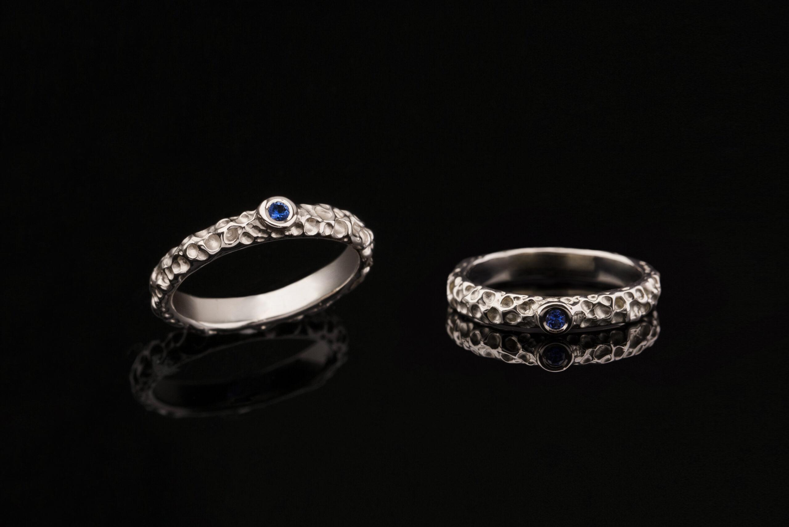 Vienetinis auksinis žiedas su safyru.