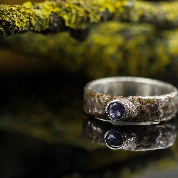 Vienetinis žiedas su jolitu.