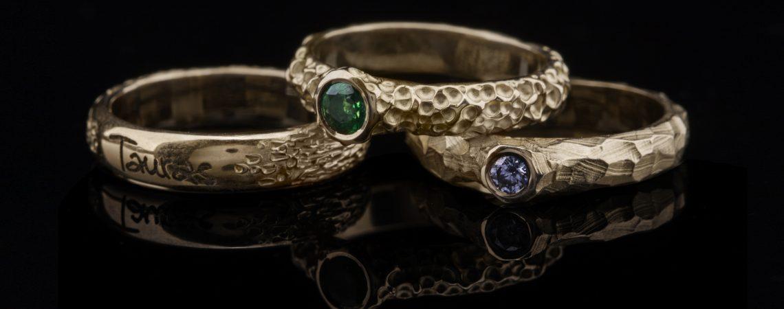 Auksinių žiedų rinkinys s briliantu ir smaragdu.
