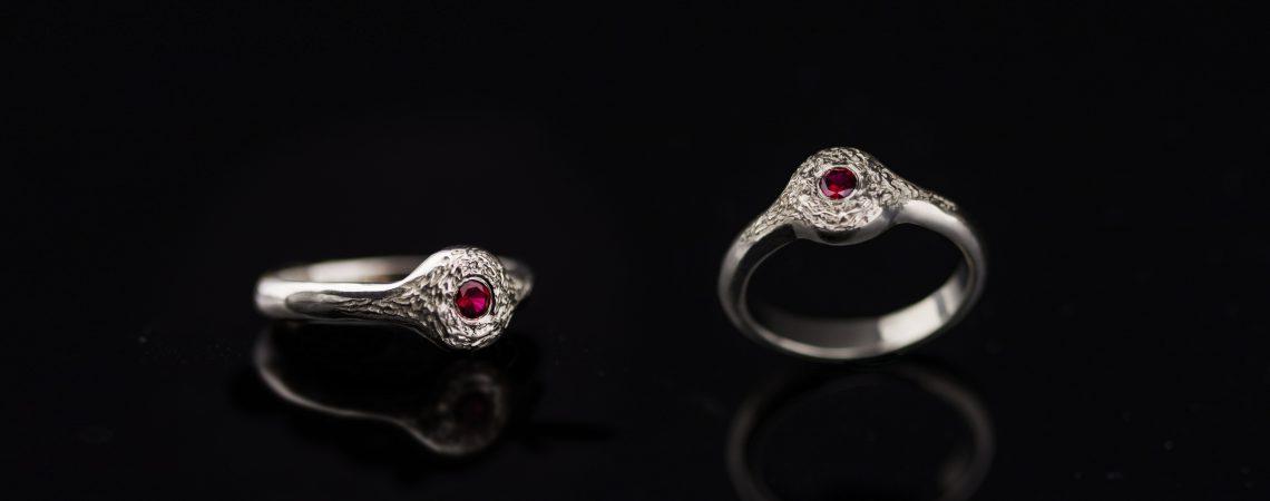 Balto aukso žiedas su rubinu.