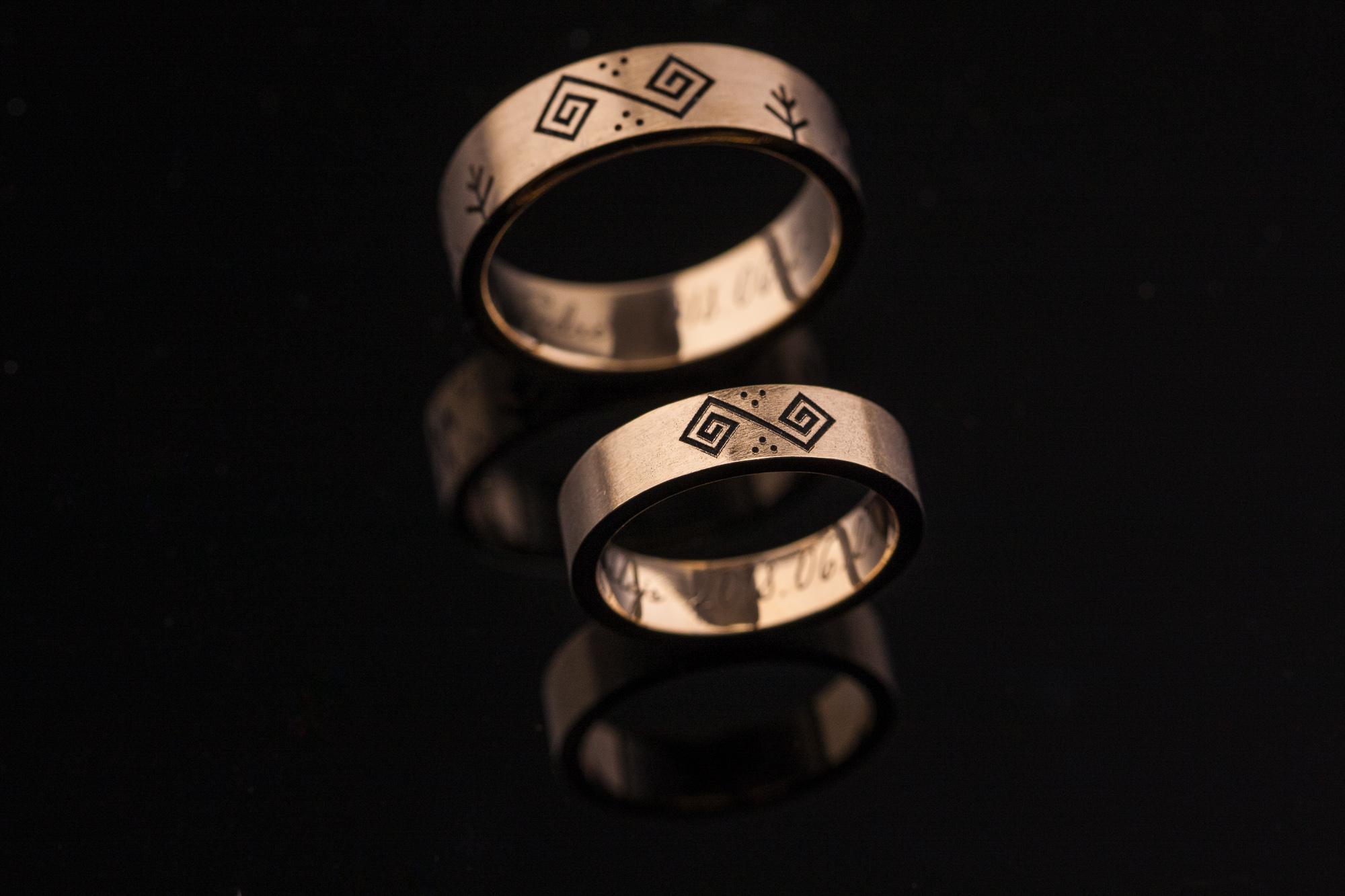vienetiniai graviruoti vestuviniai žiedai su baltų simboliais.