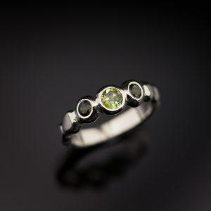 Sužadėtuvių žiedas iš balto aukso su žaliais akmenimis