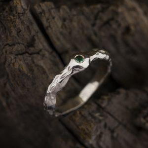 Sužadėtuvių žiedas su smaragdu iš balto aukso