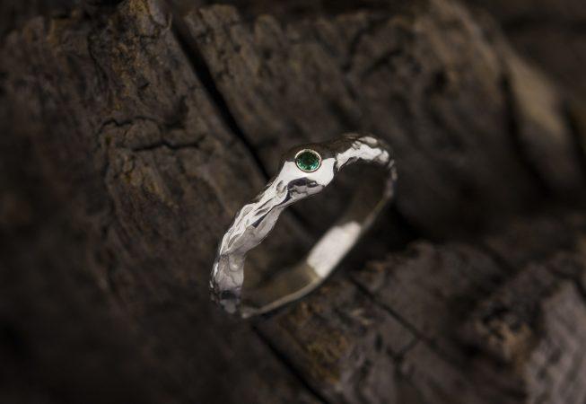 Sužadėtuvių žiedas su smaragdu