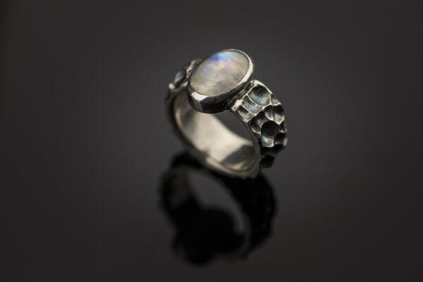 žiedas su mėnulio akmeniu