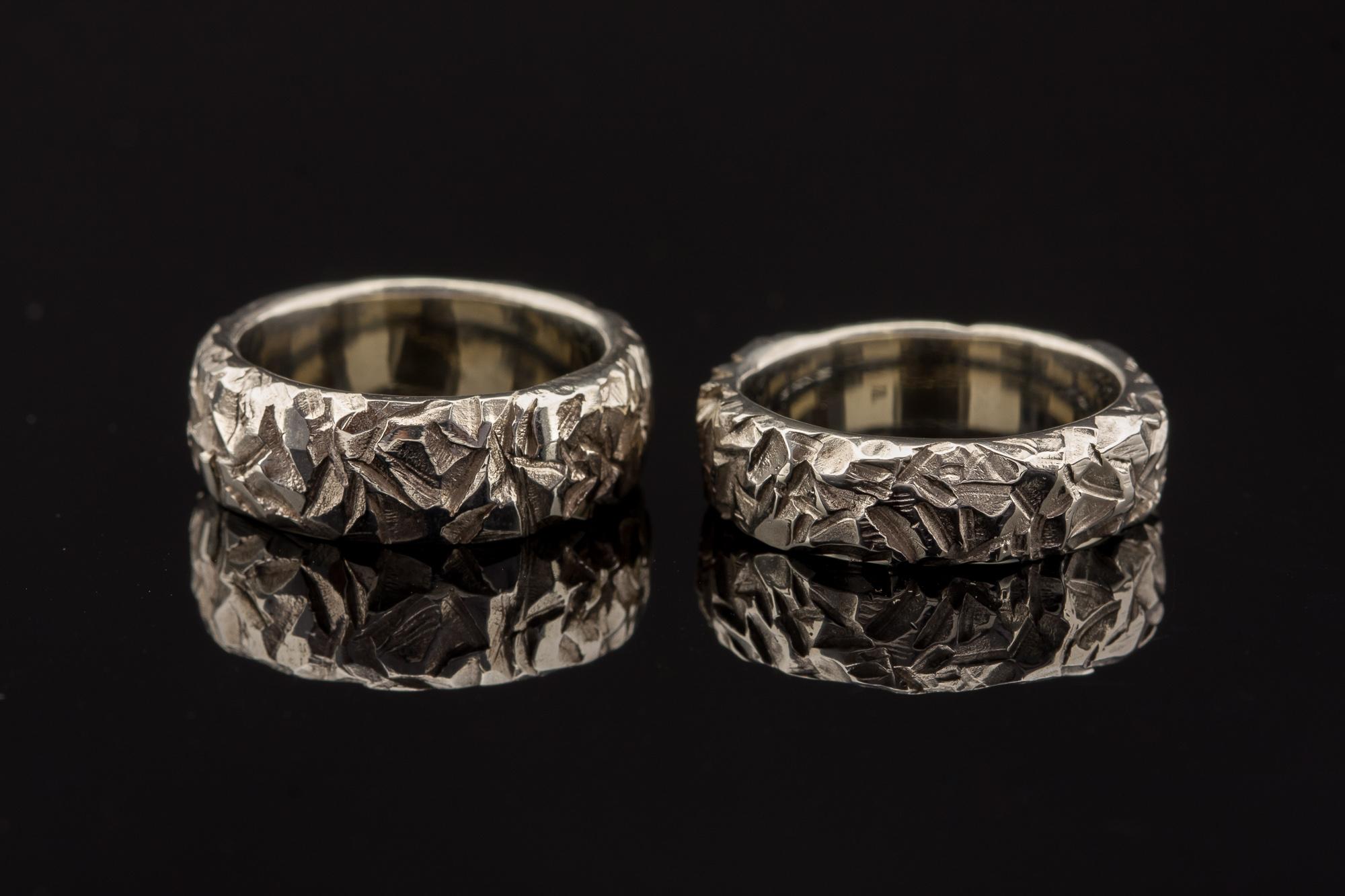Vienetiniai vestuviniai žiedai iš balto aukso.
