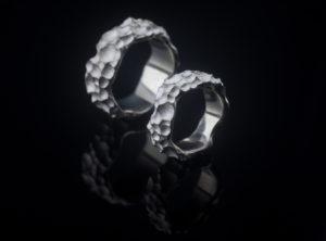 Ryškios tekstūros sidabriniai vestuviniai žiedai