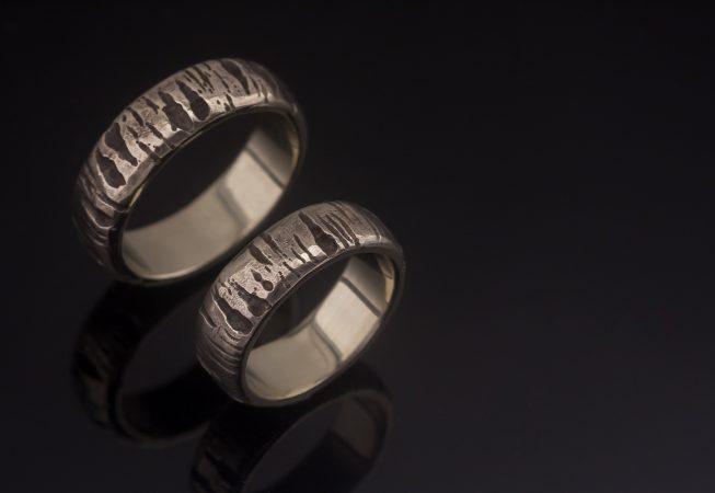 Beržo žievę primenantys  balto aukso vestuviniai žiedai.