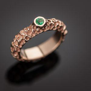 Raudono aukso žiedas su smaragdu