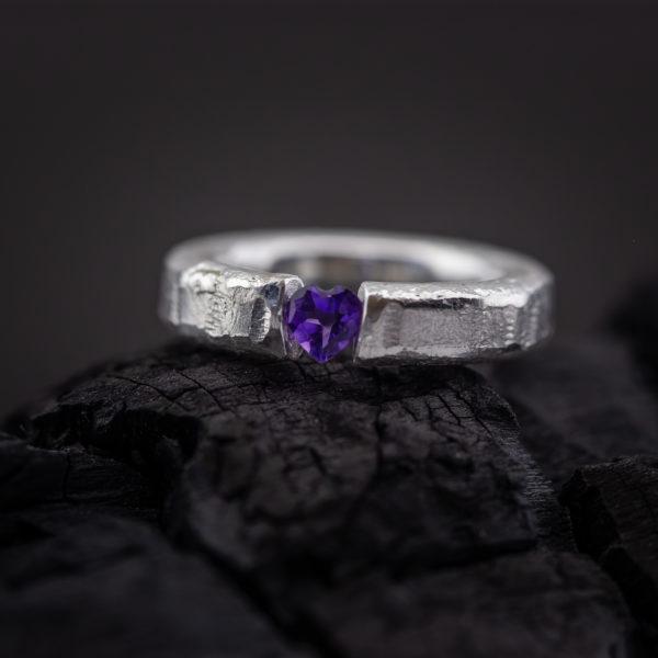 Sidabrinis žiedas su širdelės formos ametistu