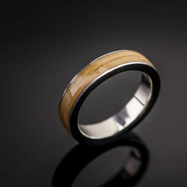 Vyriškas žiedas su mediena.
