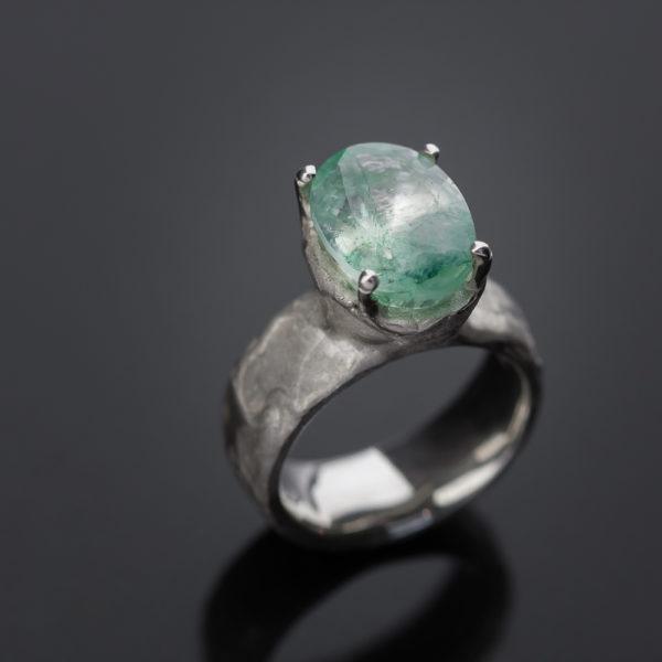 Sidabrinis žiedas su smaragdu.