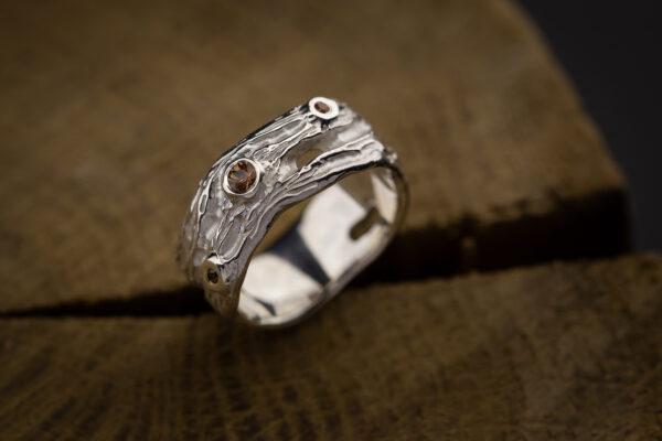 sidabrinis žiedas su safyrais.