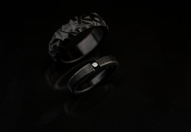 Juodi titano vestuviniai  žiedai su juodu deimantu
