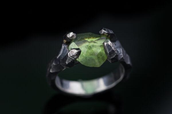 Sidabrinis žiedas su peridotu